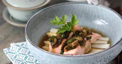 Pavé de Saumon sur ses asperges blanches croquantes, pesto au gingembre et oignon nouveau